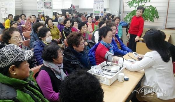 ▲ 성곡동 100세 건강실은 성곡동 거점경로당을 찾아가 교육을 실시했다.