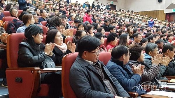 ▲ 김정운 박사의 강연에 시민들이 열렬한 박수를 보내고 있다.