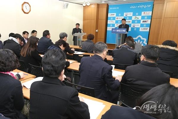 ▲ 최창근 도로사업단장이 3월 12일 언론브리핑을 통해 대형판매시설 노상적치물 합동단속계획을 발표하고 있다.