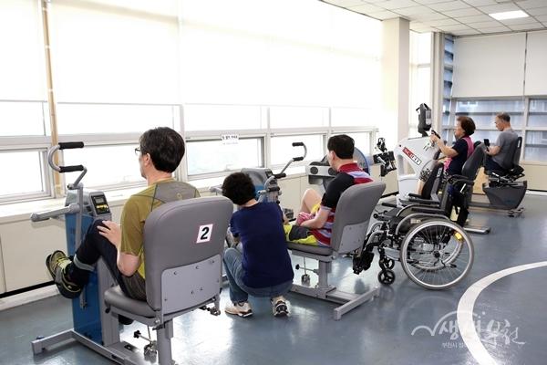 ▲ 부천시보건소 재활운동실을 이용하고 있는 시민들