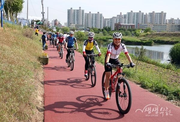 ▲ 자전거를 타고 있는 부천시민들