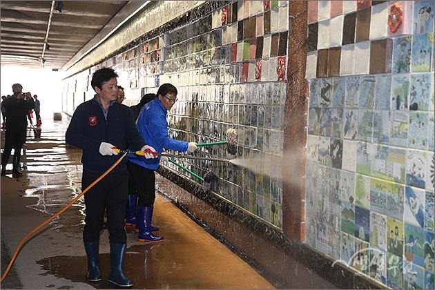 ▲ 기부의 벽에 묻은 먼지를 씻어내는 김만수 시장