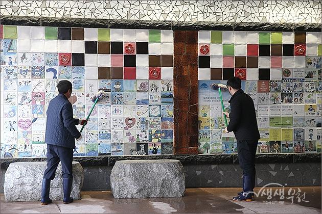 ▲ 기부의 벽에 묻은 먼지를 씻어내는 시민들