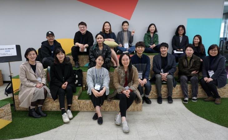 ▲ 올해 선정된 청년예술가S 작가들과 재단 관계자들