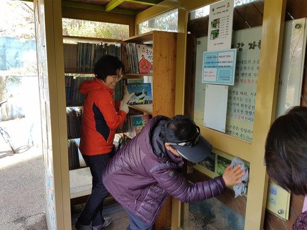 ▲ 상2동 주민자치위원들이 봄맞이 대청소를 하고 있다.