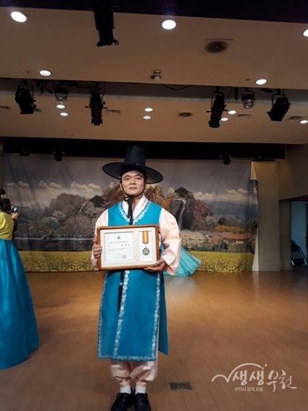 ▲ 수원 전국국악경연대회 일반부에서 대상을 받은 김주섭 수강생