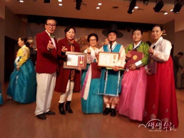 ▲ 수원 전국국악경연대회에서 단체부 대상을 수상한 김주섭 외 3명이 기념촬영을 하고 있다