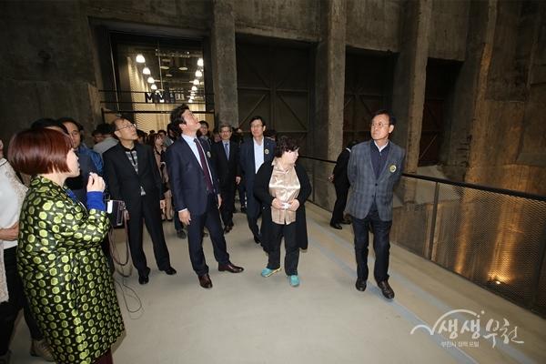 ▲ 개관식 참석자들이 부천아트벙커B39 시설을 둘러보고 있다.