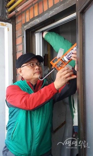 ▲ 역곡3동 새마을협의회에서 주거 취약 가구에 현관방충망을 설치했다