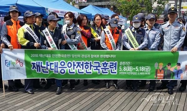 ▲ 캠페인 참여자들이 기념촬영을 하고 있다.