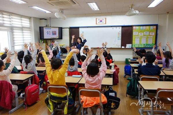 ▲ 부천 소일초등학교에서 어린이들이 장애인식개선교육을 받고 있다.