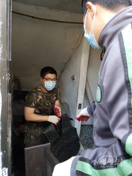 ▲ 소사본동 복지협의체와 부천시 자원봉사센터는 방치된 집을 청소했다.