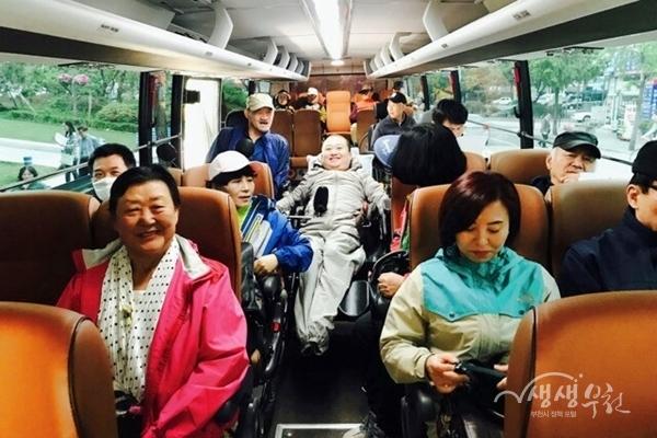▲ 역사문화 탐방을 떠나는 버스안에서 참가자들이 즐거워하고 있다.