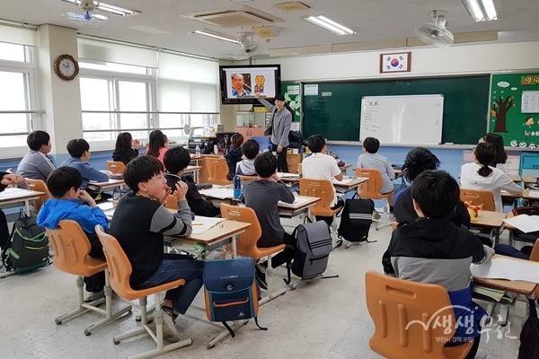 ▲ 지난 5월 14일 중원초등학교에서 진행된 초등학교 만화교실