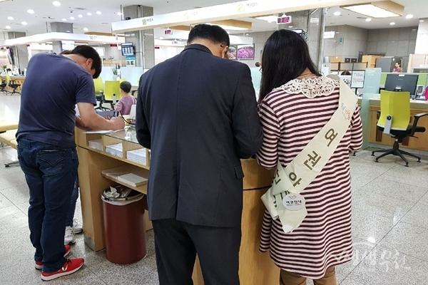 ▲ 부천시 공공근로 사업 중 여권민원 안내도우미 활동