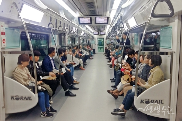 ▲ 부천 소사~원시 복선전철 시승행사에 참여한 시민들