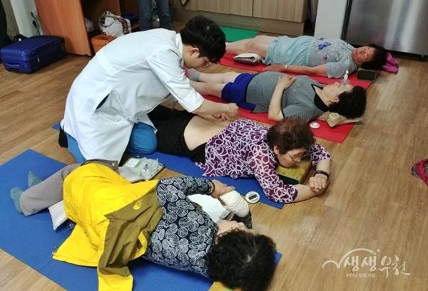 ▲ 성곡본동 경로당에서 진행된 무료 한방의료 지원