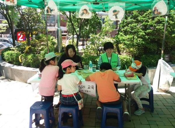 ▲ 미술심리교육 이벤트에 첨여하는 아이들