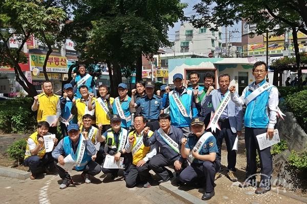 ▲ 캠페인 참가자들이 기념촬영을 하고 있다.