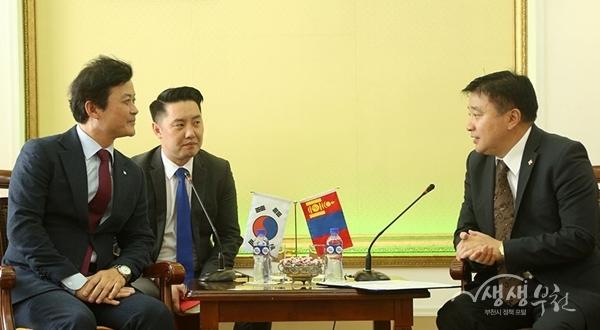 ▲ 김만수 부천시장(왼쪽)과 선도위 바트볼드(Sundui Batbold) 울란바토르시장(오른쪽)이 대화를 하고 있다.