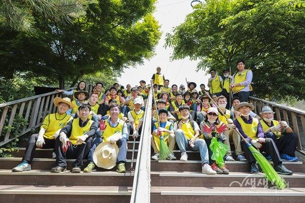 ▲ 헬핑핸즈 서울서센터가 부천시 고강본동 환경정화활동에 나섰다.