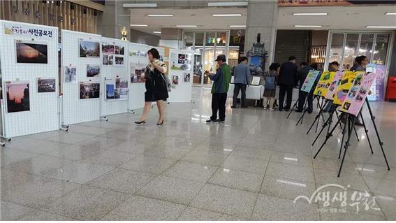 ▲ 부천시청 1층에 전시돼 있는 사진들을 시민들이 둘러보고 있다.