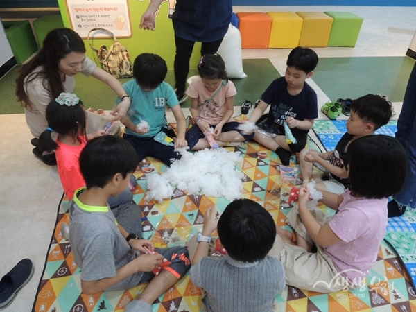 ▲ 지역아동센터 아동들이 부천시 어린이 건강체험관에서 건강체험에 참여하고 있다.