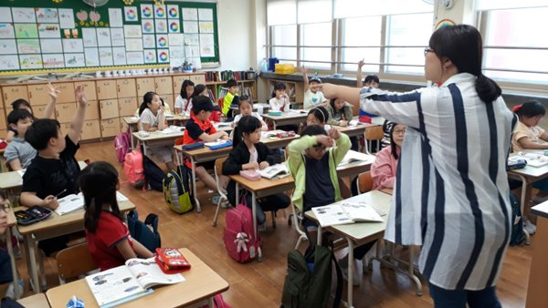 ▲ 지역 마을해설사가 소사초등학교 3학년 학생들에게 소사마을의 역사를 소개하고 있다.