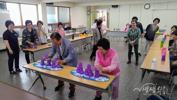 ▲ 스포츠스태킹을 수강하는 어르신들이 컵 쌓기 시합을 하고 있다