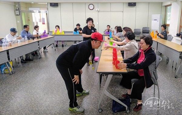 ▲ 이승철 스포츠스태킹 전문강사가 어르신이 컵 쌓기 하는 모습을 지켜보고 있다.
