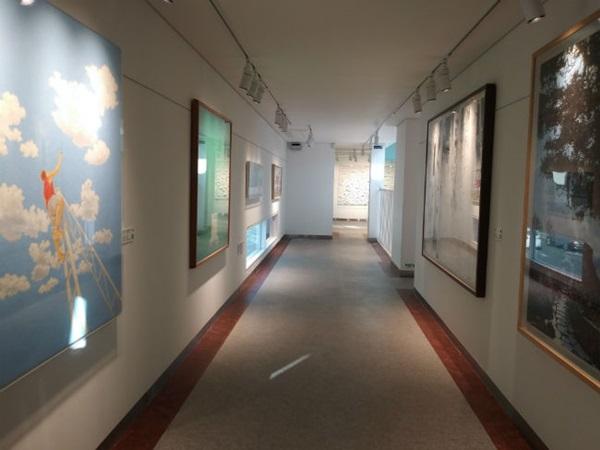 ▲ 개관기념 기획전시회가 열리고 있는 네모갤러리 2층 모습