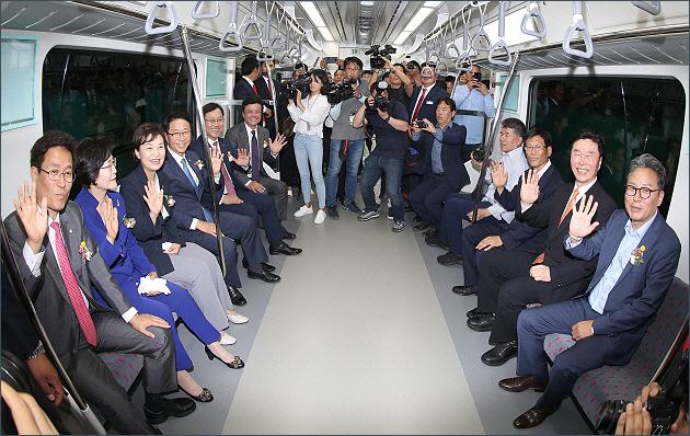 ▲ 서해선(소사-원시) 복선전철 개통식후 시승을 하는 내빈들