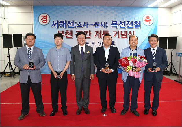 ▲ 경기도의원, 부천시의원 및 유공자들에 대한 감사패 전달
