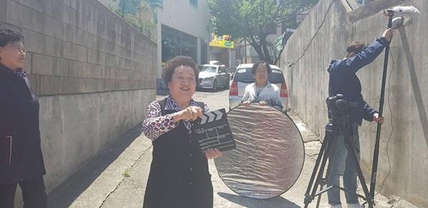 ▲ 영화 촬영 중인 약대 은빛날개 할머니들