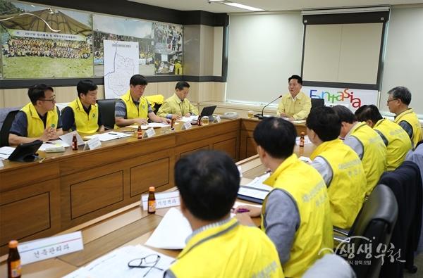 ▲ 장덕천 부천시장이 호우와 태풍대비 긴급 재난안전 대책회의를 개최했다.