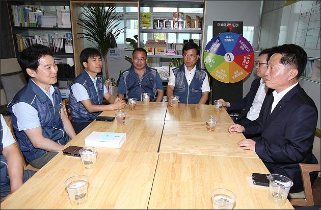 ▲ 공무원 노조 부천지부 사무실에서 노조 집행부 임원들과 인사