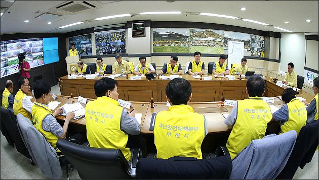 ▲ 취임 첫 공식업무로 태풍대비 비상대책회의를 주재하는 장덕천 시장