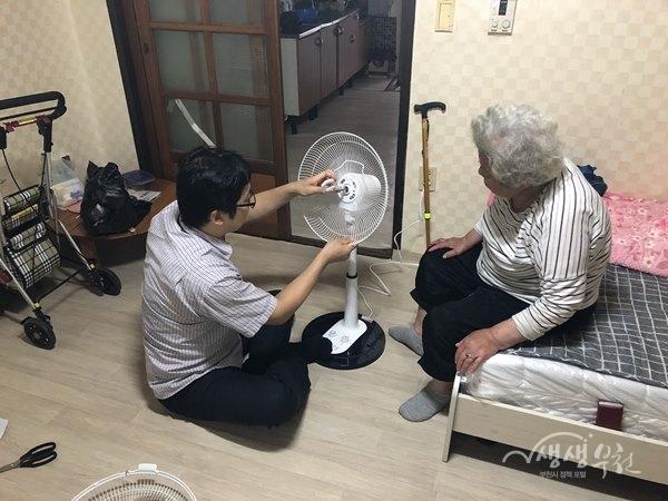 ▲ 소사본3동 복지협의체 취약계층에 선풍기 전달