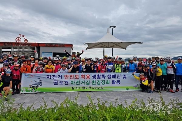 ▲ 자전거 안전모 착용 생활화 캠페인 참가자들이 기념촬영을 하고 있다.