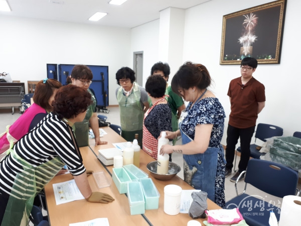 ▲ 소사본동 주민자치위원들이 천연비누를 만들고 있다.