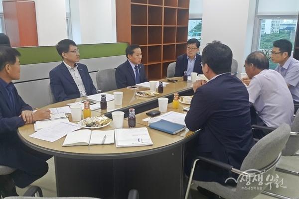 ▲ 송유면 부시장(왼쪽에서 세 번째)이 한국금형센터 현황을 듣고 있다.