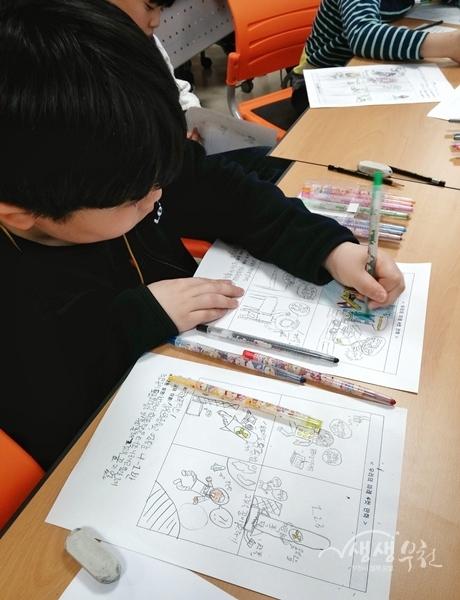 ▲ 어린이가 여름방학 만화체험교실에서 만화를 그리고 있다.