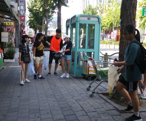 ▲ 청소년들의 거리 환경 정화 활동 모습
