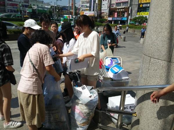 ▲ 전체 수집된 쓰레기를 분리 수거하는 모습