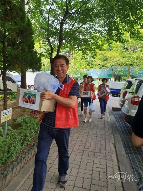 ▲ 상1동 복지협의체위원들이 과일 선물상자를 배달하고 있다.