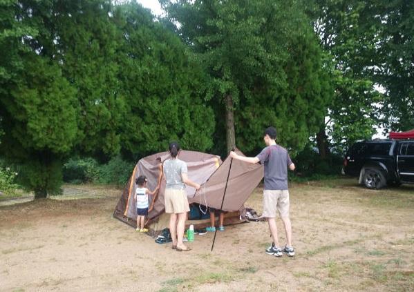 ▲ 별자리 가족캠프에 참가한 가족이 텐트를 치는 모습