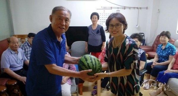▲ 상2동 주민자치위원회·복지협의체, '중복맞이 과일 나누기'