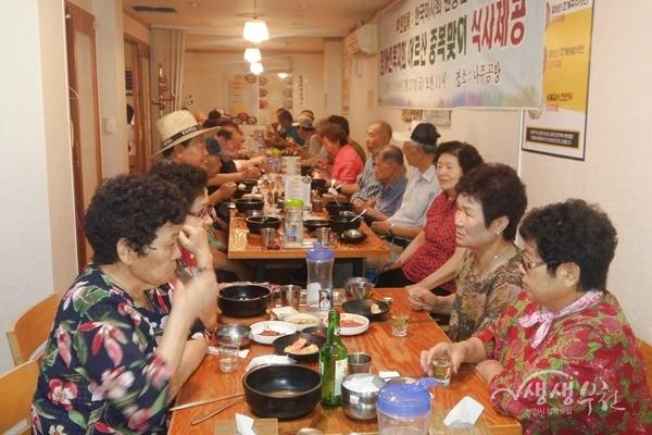 ▲ 한국마사회 부천지사는 중복을 맞아 장애어르신들게 보양식을 대접했다.