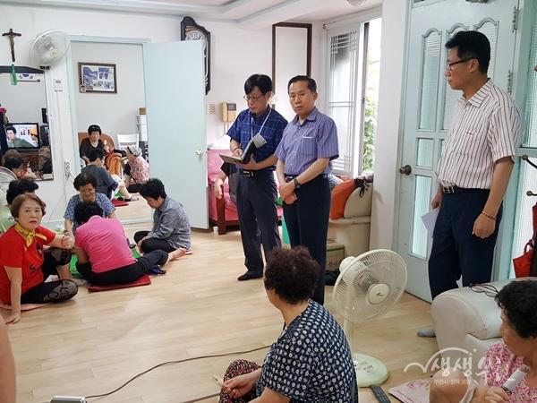 ▲ 송유면 부천시 부시장이 무더위쉼터를 방문해 어르신들의 건강관리를 당부했다.