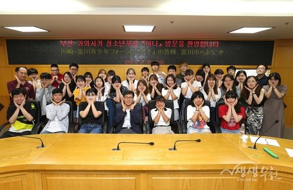 ▲ 김용익 행정국장(앞줄 가운데)과  '하나' 청소년들이 기념촬영을 하고 있다.